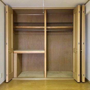 【LDK】リビング内にも大容量の収納が。※写真は3階の反転似た間取り別部屋のものです