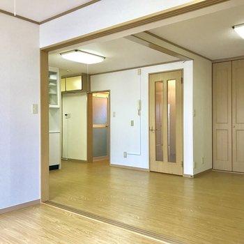 【6帖洋室】開放的な空間ですね。※写真は3階の反転似た間取り別部屋のものです