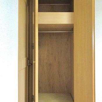【4.5帖洋室】各部屋に収納付きです。
