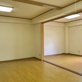 【LDK】引き戸を開けるとスペースを有効活用できますね。