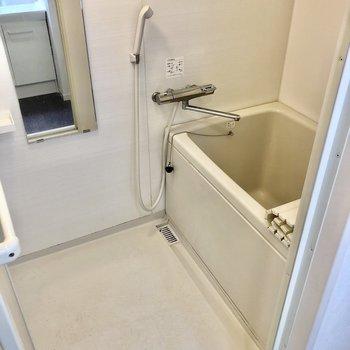 お風呂はサーモ水栓で温度調節もしやすいですよ!