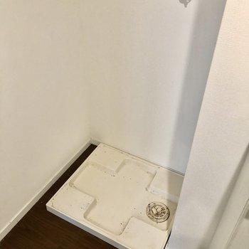 洗濯機置き場は廊下に。上にはストッカーに便利な棚もあります。