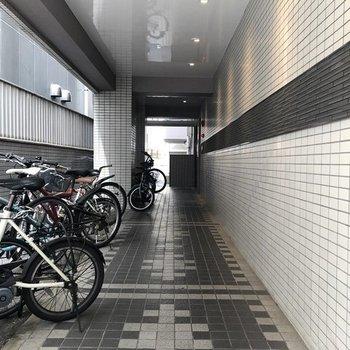 自転車も雨に濡れないようになっていました。