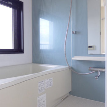 窓がある大きなお風呂っていいね!(※写真は9階の同間取り別部屋のものです)