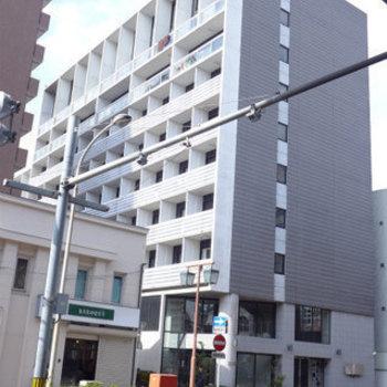 大通り沿いにある立派なマンション!