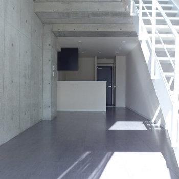 ベランダ側からの眺め。コンクリ壁がおしゃれ!(※写真は9階の同間取り別部屋のものです)