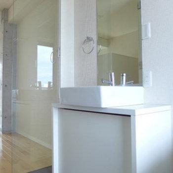 洗面台もシンプルで素敵。(※写真は9階の同間取り別部屋のものです)