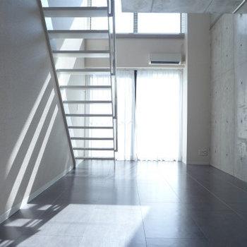 キッチンからの眺めも素敵。(※写真は9階の同間取り別部屋のものです)