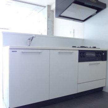 システムキッチンも白!goodです!(※写真は9階の同間取り別部屋のものです)
