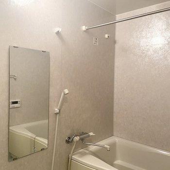 浴室乾燥機、追い焚き機能付きのバスルーム。