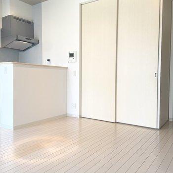 【LDK】洋室とLDKを仕切る扉を閉めても狭く見えることはないくらいの広さです。