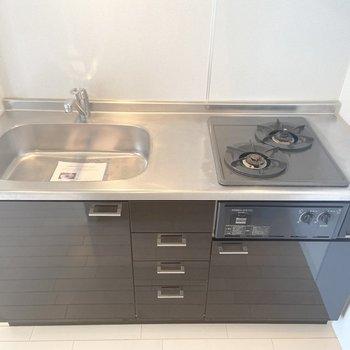【LDK】2口コンロ付きで、シンクも広め!左側に冷蔵庫等おいておけるスペースもあります。