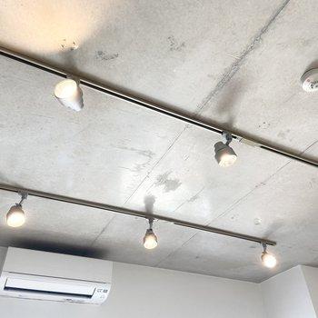 【LDK】照明の位置や向きは調節可能。