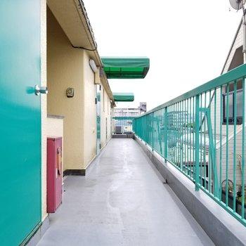 緑の屋根が可愛い共用部!