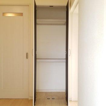 玄関にプチ収納があります。お掃除用具とかを入れようかな?