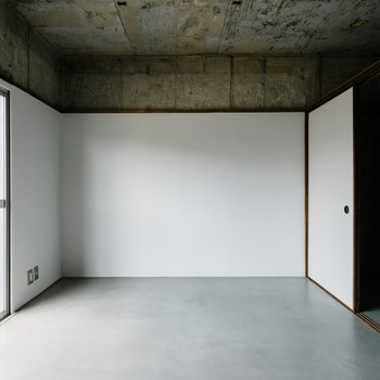 モルタル打ちにシンプルな内装