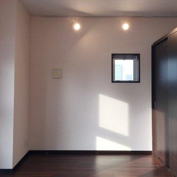 小窓とダウンライト。右が個室です。※写真は7階の反転間取り別部屋です。