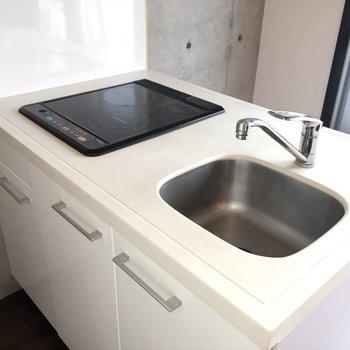 キッチン。シンクもまるっと可愛く。※写真は7階の反転間取り別部屋です。