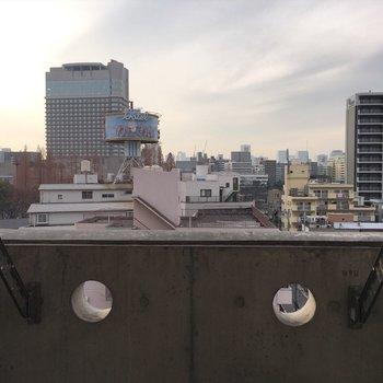 眺望もグッド!物干し竿スペースもあります。※写真は7階の反転間取り別部屋です。