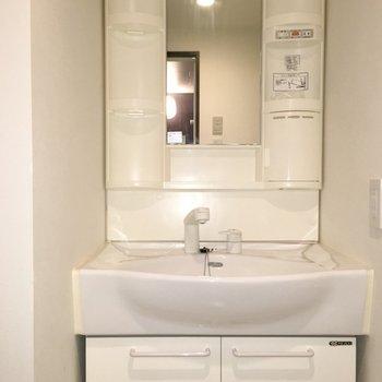 独立洗面台です、真っ白。※写真は7階の反転間取り別部屋です。