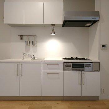 収納力ありの人造大理石キッチン