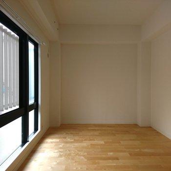 寝室】窓がたくさんで空気がすっと流れます