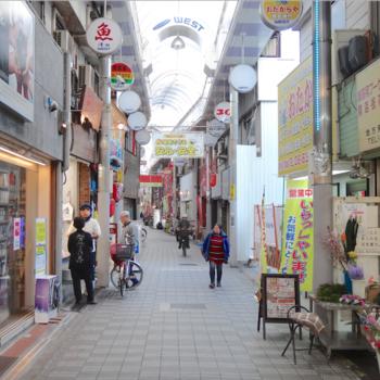 駅前から続く、レトロ懐かしい雰囲気の商店街