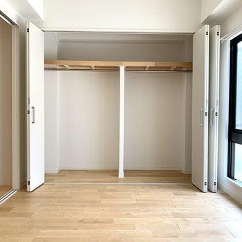 寝室にも広い収納が!