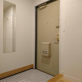 白の磁器タイルでさわやかかわいい玄関に!