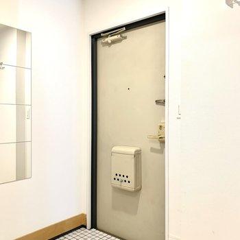玄関は白いタイルで明るくね!