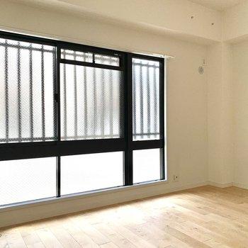 寝室の窓が大きいので、明るくて風通しも良い!