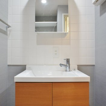 洗面台もシンプルなデザイン※写真は4階同間取り別部屋です。