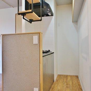キッチン周りはコンパクト※写真は4階同間取り別部屋です。