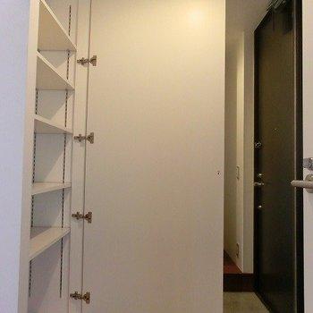 シューズクローゼットに大きい全身鏡※掲載写真は類似間取り反転別部屋のものです