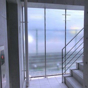 エレベーターと階段横は明かりとりがされているので開放的な空間※掲載写真は類似間取り反転別部屋のものです
