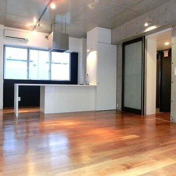 レールライトが床に反射し温かみを帯びた雰囲気※掲載写真は類似間取り反転別部屋のものです