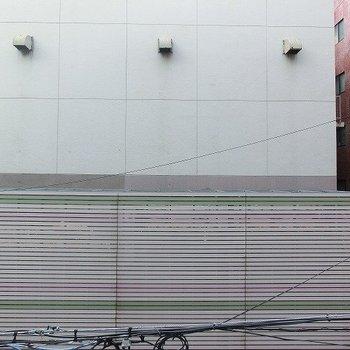 ベランダからの眺めは道路向こうの壁※掲載写真は類似間取り反転別部屋のものです