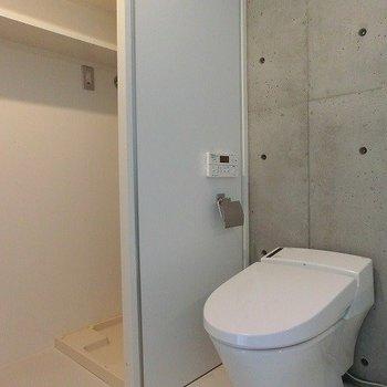 ウォシュレットトイレの横には収納スペース※掲載写真は類似間取り反転別部屋のものです