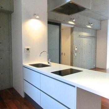 IH式カウンターキッチンは後ろも広々スペース※掲載写真は類似間取り反転別部屋のものです