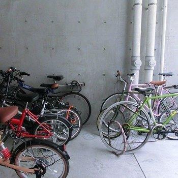 お洒落な自転車が止められている駐輪場です。※掲載写真は類似間取り反転別部屋のものです