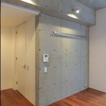 コンクリート打ちっぱなしの壁にはセパ穴!※掲載写真は類似間取り反転別部屋のものです