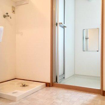 洗面台・洗濯機のある便利な脱衣所。
