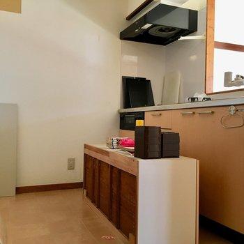 キッチンの後ろスペースは広々!食器棚やワゴンなんかも置けそうです。※クリーニング前のお写真です