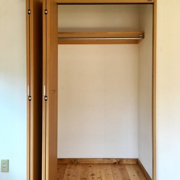折れ戸を片側に寄せられるクローゼット。