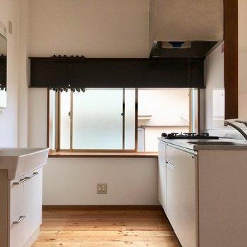 大きな出窓の横にキッチン