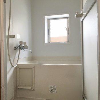 トイレの横にお風呂。窓があって清々しいです。