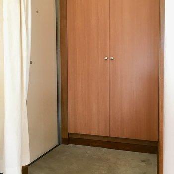 コンクリの玄関。カーテンで目隠しできるがうれしい。