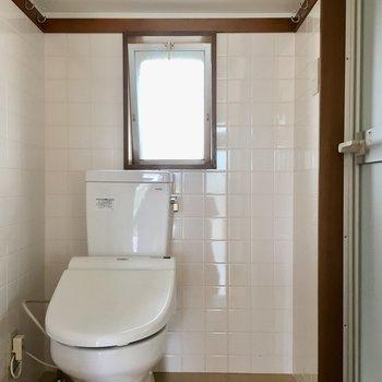 洗面の横に扉があって、その中は脱衣所、兼トイレ。ここにも窓が!