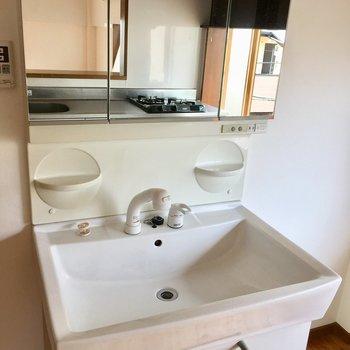 キッチン後ろに洗面台という珍しいパターン。