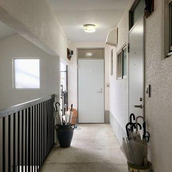 奥の扉が204号室。